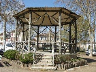 Le kiosque à musique sur la place du village d'Astaffort